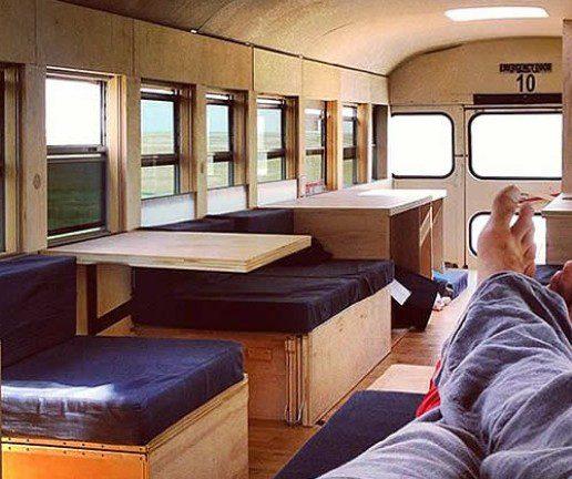 Un jeune étudiant américain transforme un bus en véritable appartement !