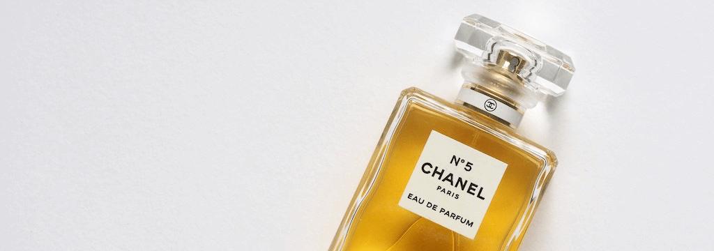 Packaging parfum : 10 exemples au cœur des dernières tendances graphiques